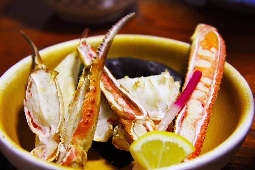Japan Food Guide - Japanese hair crab legs served with lemon